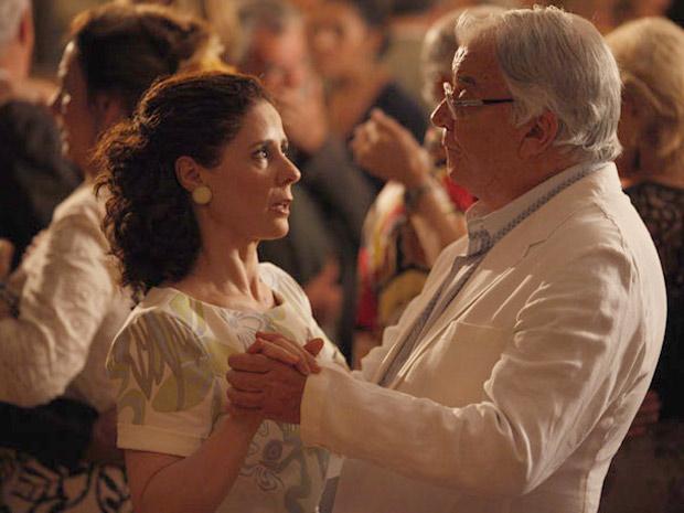 Aurélia dança com Wilson pela primeira vez (Foto: A Vida da Gente/TV Globo)