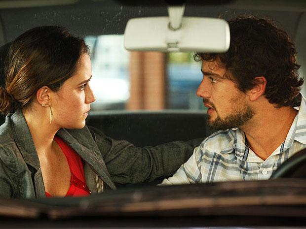 Ana conversa com Rodrigo no carro e o clima esquenta (Foto: A Vida da Gente - Tv Globo)