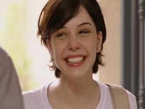 Alexia fica feliz com a sua entrevista na rádio (Foto: Malhação/TV Globo)
