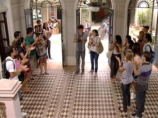Alexia é aplaudida pelos alunos da faculdade (Foto: Malhação/TV Globo)