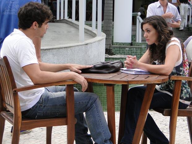 Antenor provoca Patrícia dizendo que Alexandre a está assediando (Foto: Fina Estampa/TV Globo)