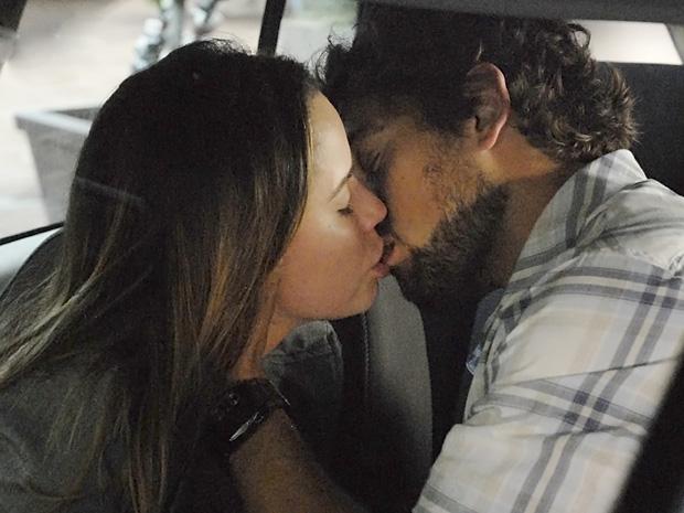 Ana e Rodrigo se beijam apaixonados (Foto: A Vida da Gente/TV Globo)