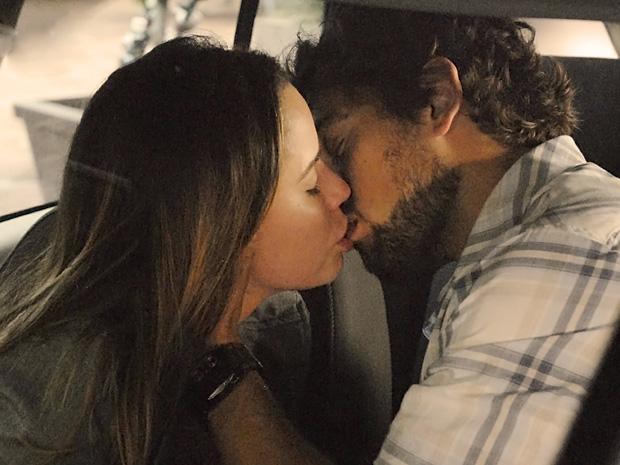 Rodrigo se beijam apaixonados (Foto: A Vida da Gente/TV Globo)