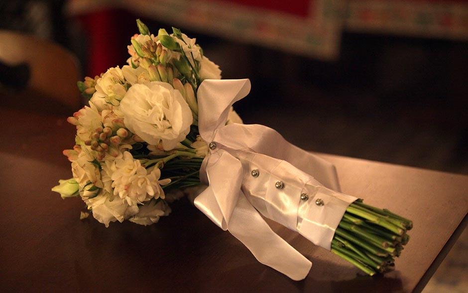 Buquê de Raíssa misturava flores brancas e botões esverdeados