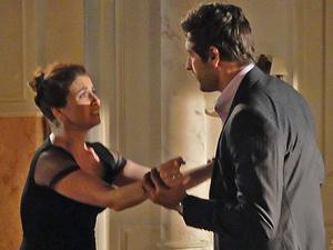 Claudia briga com Rubinho (Foto: Aquele Beijo/TV Globo)