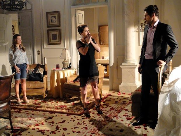 Claudia descobre que Regina foi usada como laranja por Maruschka e Alberto (Foto: Aquele Beijo/TV Globo)