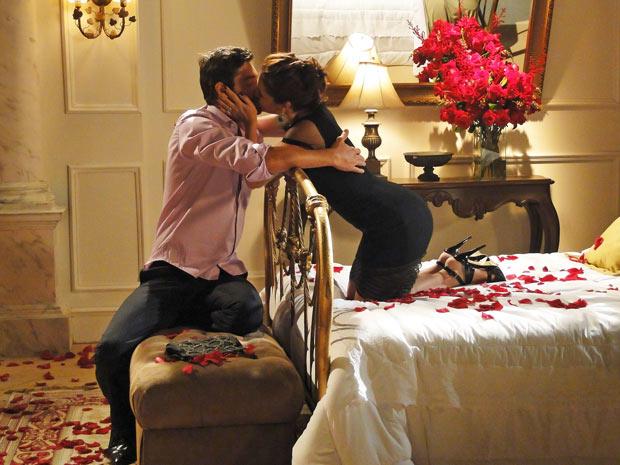Claudia se encanta com a surpresa de Rubinho, sem imaginar o segredo que ele esconde (Foto: Aquele Beijo/TV Globo)