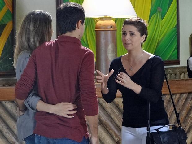 Desesperada, Claudia procura Vicente em plena lua de mel com Lucena (Foto: Aquele Beijo/TV Globo)
