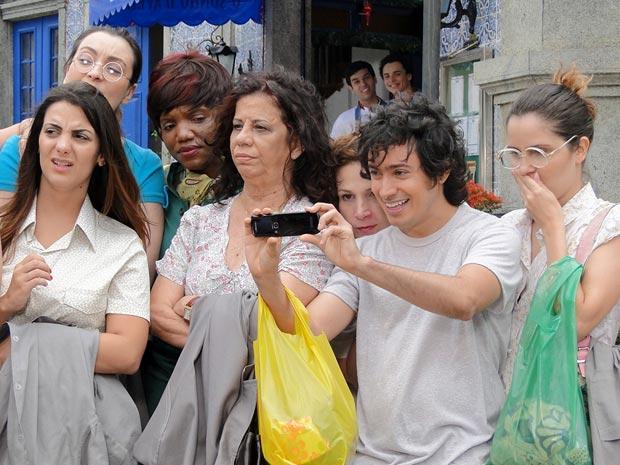 Costureiras vibram ao ver Felizardo (Foto: Aquele Beijo/TV Globo)