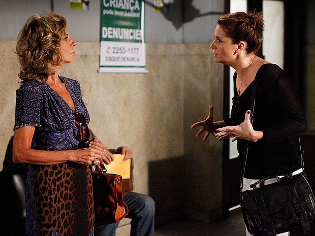 Maruschka e Claudia discutem na delegacia (Foto: Aquele Beijo/TV Globo)