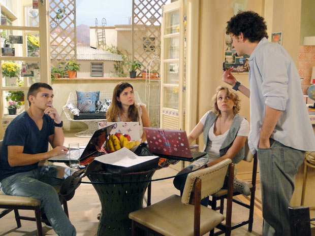 Gabriel pergunta por que Cristal marcou a reunião sem ele (Foto: Malhação / TV Globo)