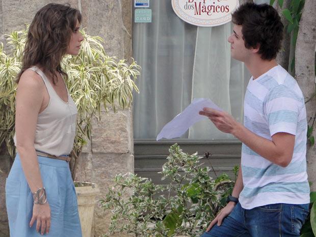 Guido mostra a Laura o extrato que prova a retirada da quantia de R$ 15 mil (Foto: Malhação / TV Globo)