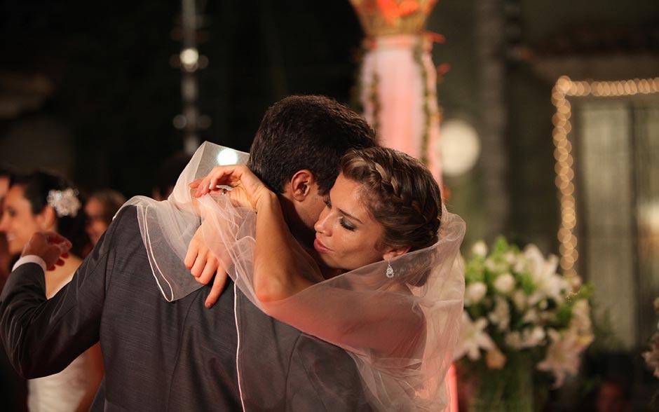Lucena e Vicente dançam abraçados