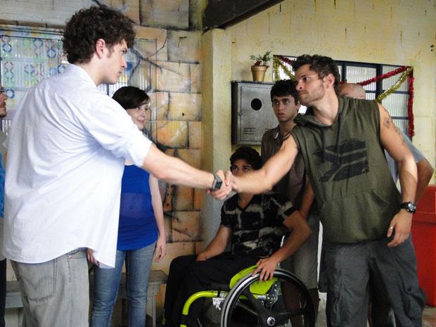Moisés deixa o orgulho de lado e os dois apertam as mãos (Foto: Malhação/TV Globo)