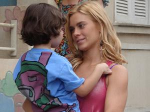 A loira brinca com o filho (Foto: Fina Estampa/TV Globo)