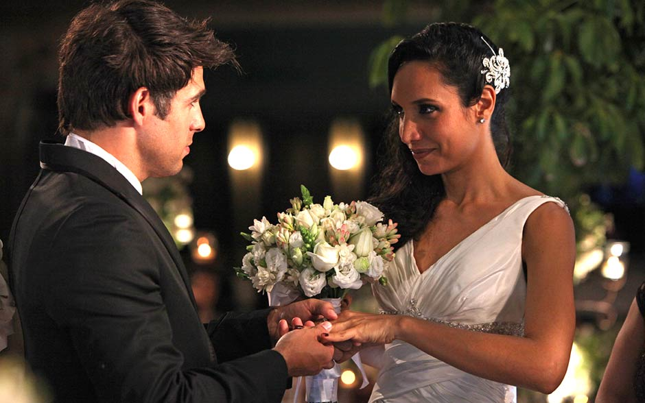 Após o sumiço das alianças, Raíssa e Sebastião finalmente fazem seus votos