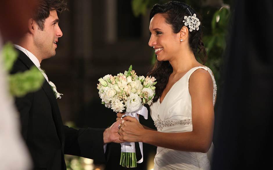 Raíssa e Sebastião se olham embevecidos