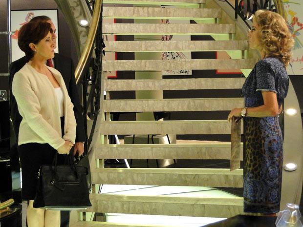 Maruschka é obrigada a sair escoltada (Foto: Aquele Beijo/TV Globo)