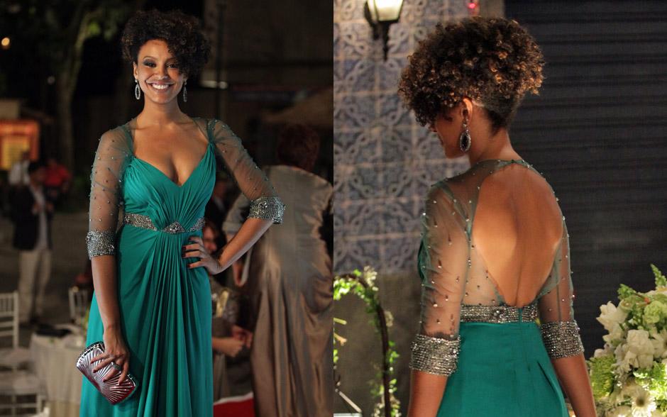 Sarita opta por longe verde-esmeralda com transparência e decote nas costas