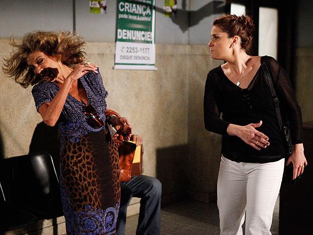 Claudia se descontrola e dá tapa na cara de Maruschka (Foto: Aquele Beijo/TV Globo)