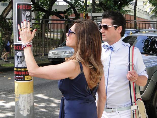 A perua vai com tudo arrancar os cartazes (Foto: Fina Estampa/TV Globo)