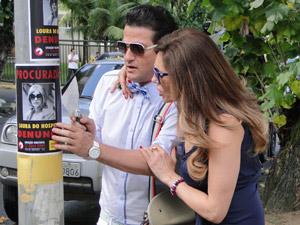 Crô usa uma espátula para ajudar (Foto: Fina Estampa/TV Globo)