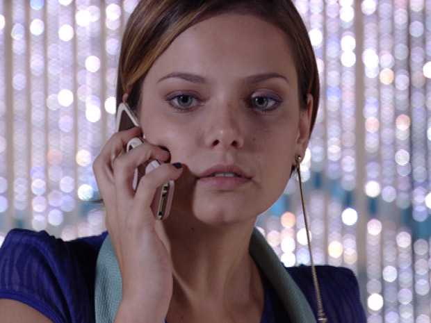 Vanessa fica surpresa com o telefonema (Foto: Fina Estampa/TV Globo)