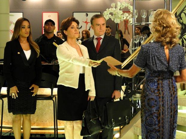 Vera entrega mandado para Maruschka (Foto: Aquele Beijo/TV Globo)