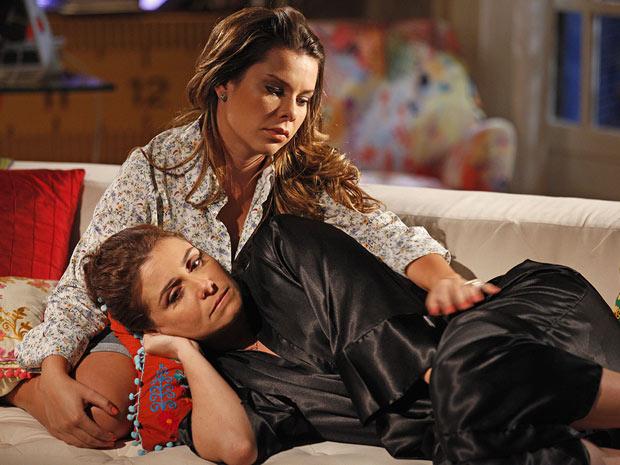 Claudia lamenta ter perdido Vicente para Lucena (Foto: Aquele Beijo/TV Globo)