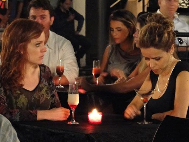 Celina bebe demais e conta toda a verdade para a amiga (Foto: A Vida da Gente/TV Globo)