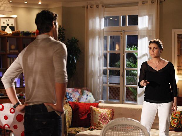 Claudia expulsa Rubinho de casa e diz que o amor acabou (Foto: Aquele Beijo/TV Globo)
