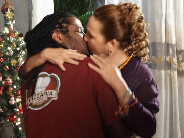 Iara beija Herondí (Foto: Aquele Beijo/TV Globo)