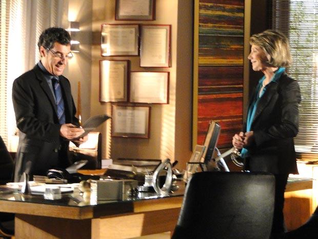 Jonas fica feliz com eficiência de nova secretária (Foto: A Vida da Gente / TV Globo)