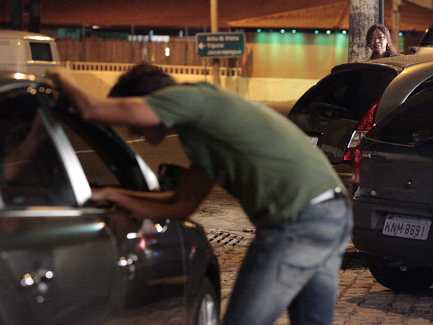 Dagmar segue o filho na rua (Foto: Fina Estampa/TV Globo)