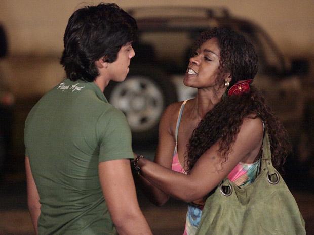 Ela vai até ele e faz o maior escândalo (Foto: Fina Estampa/TV Globo)