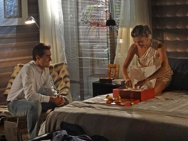 Lucena se emociona ao ganhar roupinhas de bebê (Foto: Aquele Beijo/TV Globo)