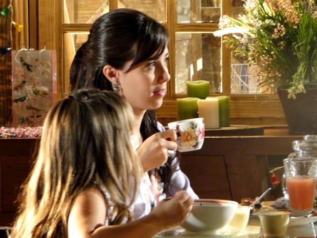 Manu percebe que o marido está distante (Foto: A Vida da Gente / TV Globo)