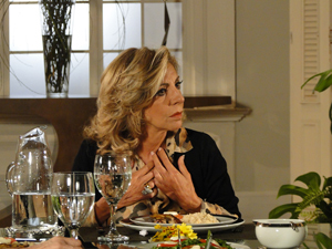 Maruschka se faz de vítima (Foto: Aquele Beijo/TV Globo)
