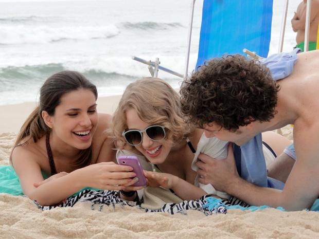 Babi, Cristal e Gabriel na praia Malhação (Foto: Malhação / TV Globo)