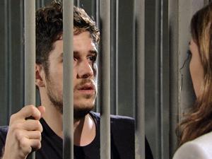 Rafa pede para ela esperá-lo (Foto: Fina Estampa/ TV Globo)