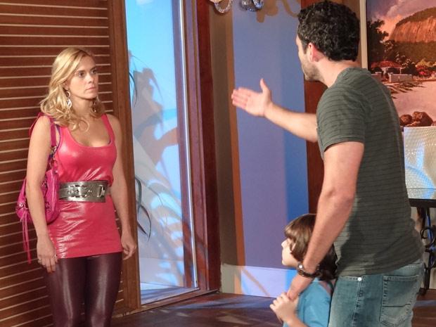Quinzé fica revoltado ao ver o filho defender Teodora (Foto: Fina Estampa/TV Globo)