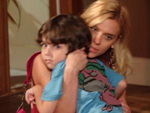 A periguete se despede do filho (Foto: Fina Estampa/TV Globo)