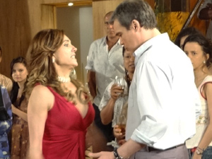 A perua rasga toda a camisa do ex-marido (Foto: Fina Estampa/TV Globo)