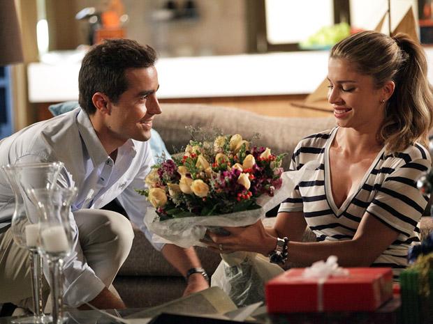 Vicente entrega flores para Lucena (Foto: Aquele Beijo/TV Globo)