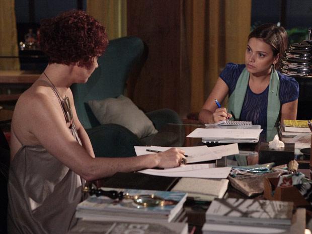 Vanessa anota todas as dicas da estilista (Foto: Fina Estampa/TV Globo)