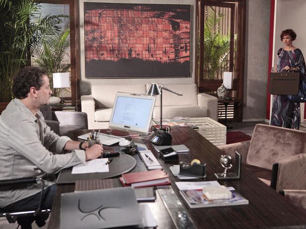 Aconselhada por Vanessa, Esther procura Paulo e lhe mostra novos croquis (Foto: Fina Estampa/ TV Globo)
