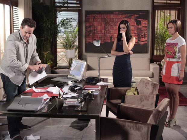 Cheio de raiva, ele rasga todos os croquis de Esther (Foto: Fina Estampa/TV Globo)