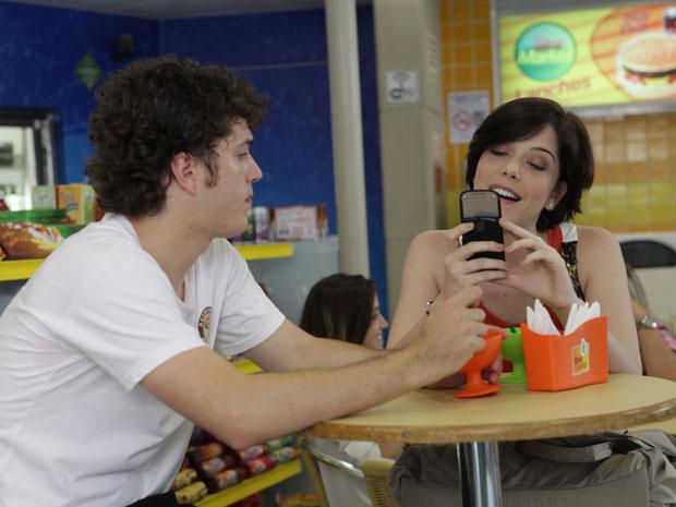 Alexia fica animada com a proposta (Foto: Malhação/TV Globo)