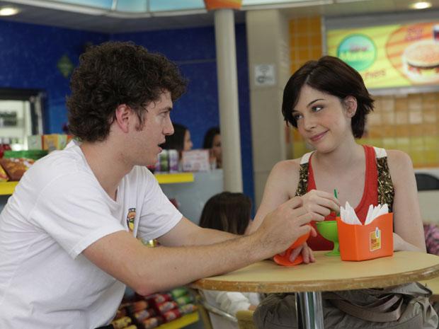 Gabriel se oferece para levar Alexia no Auto de Natal (Foto: Malhação/TV Globo)