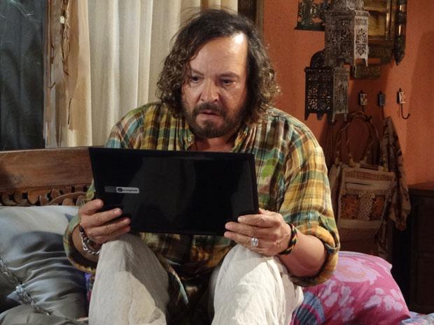 Álvaro fica chocado com o recado de MArcela (Foto: Fina Estampa/TV Globo)